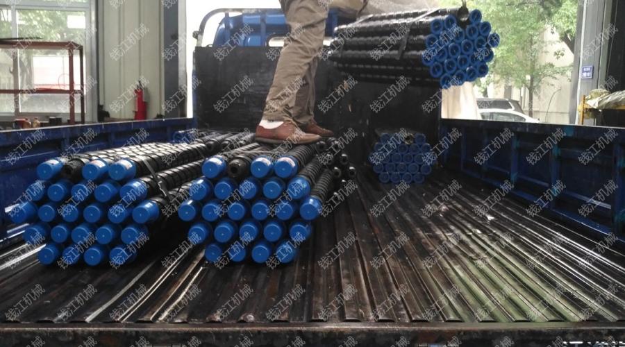 山西客户73一米刻槽钻杆发货